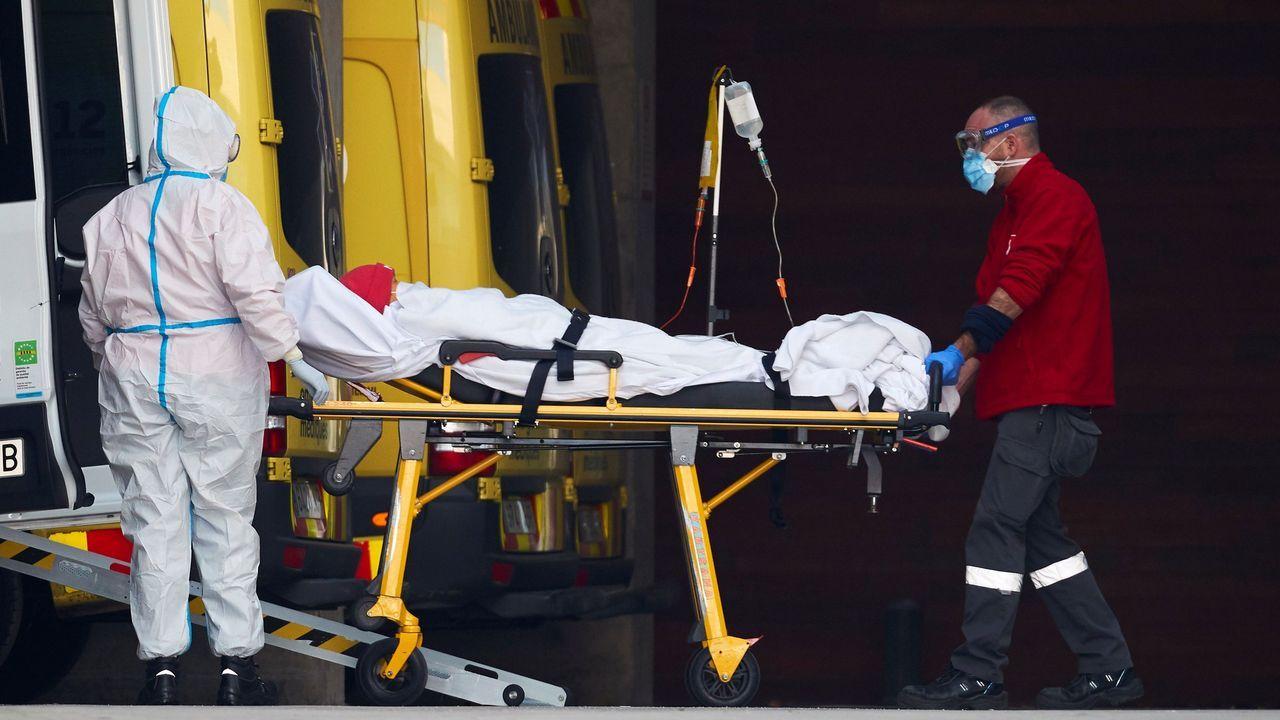 Dos profesionales sanitarios trasladan a un paciente en el hospital de Bellvitge, en Barcelona