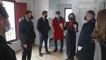La comitiva visitó el interior del edificio, que alberga dos viviendas sociales de 60 metros cuadrados, con suelos radiantes y dos dormitorios