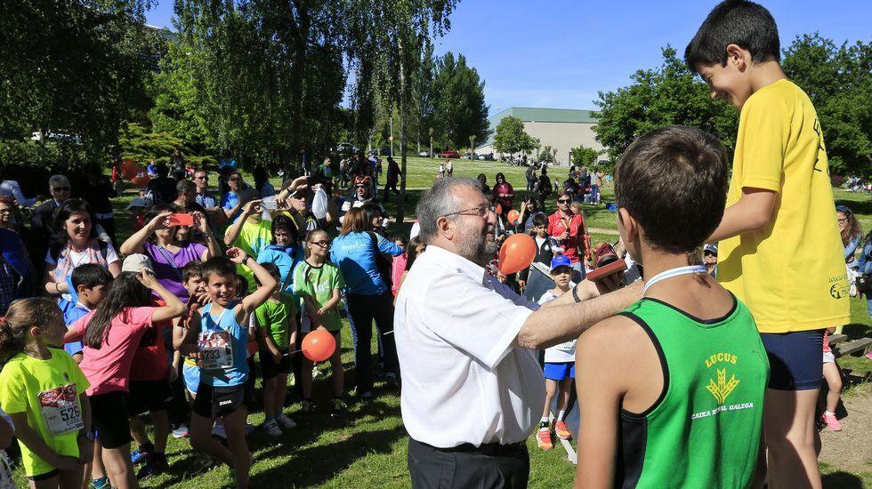 El alcalde de Lugo, José López Orozco, entregando premios de atletismo