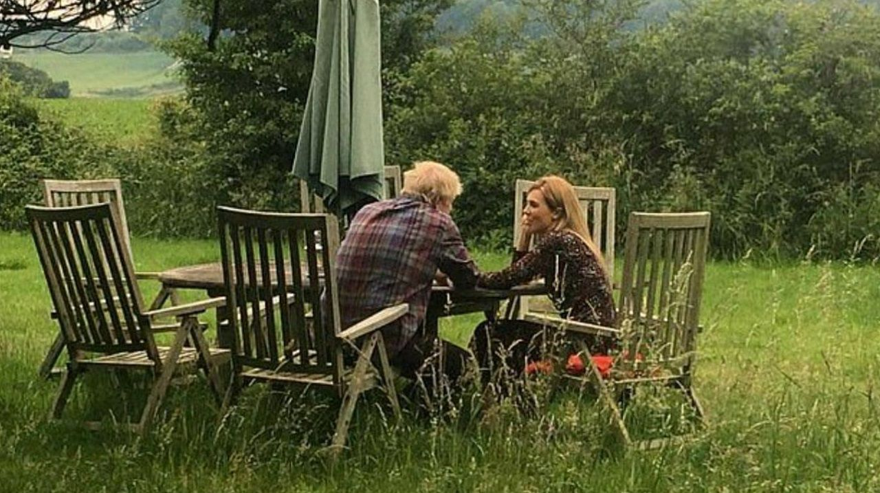 Boris Johnson y su novia, Carrie Symonds, en una idílica imagen difundida por la prensa británica