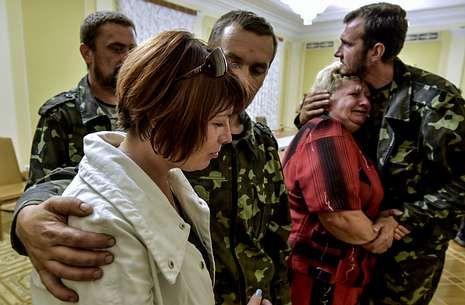 Militares ucranianos se reencuentran con sus familias tras ser liberados de los prorrusos.