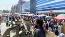 Un talibán fuertemente armado vigila a la multitud ante un mercado de cambio de divisas en Kabul.