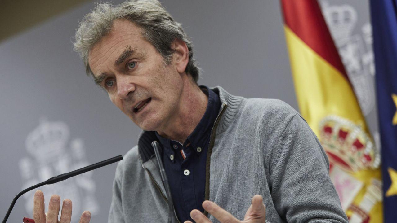 Comparecenciade Fernando Simóncon los últimos datos de la pandemia en España.Fernando Simón se quita su mascarilla para iniciar su intervención