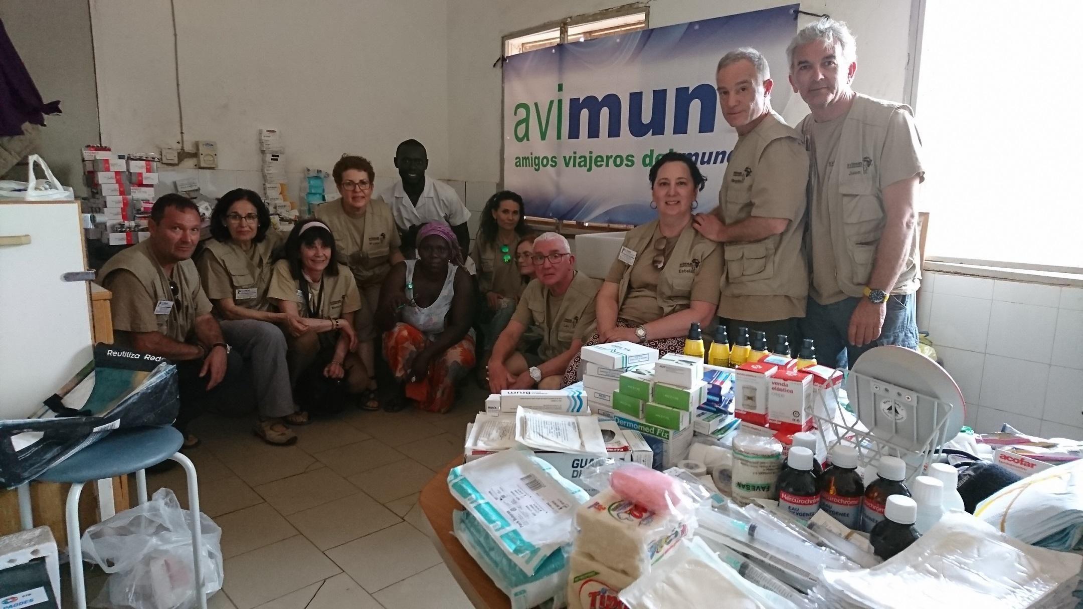 Varios miembros de Avimun, con la entrega de varios medicamentos