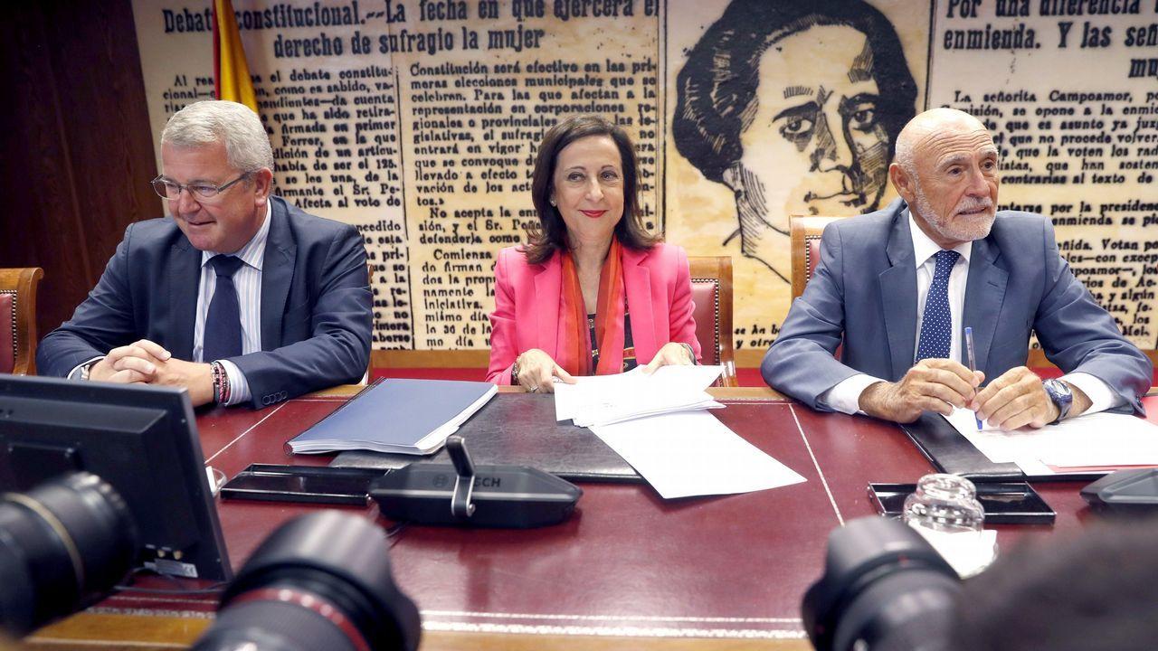 «Las bombas españolas no van a matar yemeníes». Margarita Robles, junto al presidente y al vicepresidente de la Comisión de Defensa del Senado, Gabino Puche y Alfonso Jesús Rodríguez