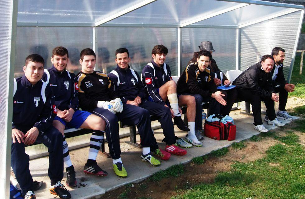 Los integrantes del banquillo del Lemos, el pasado sábado en el partido ante el Monterroso.