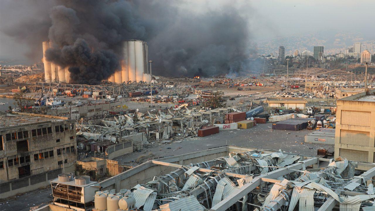 Columnas de humo y edificios destruidos tras la fuerte explosión en un almacén del puerto