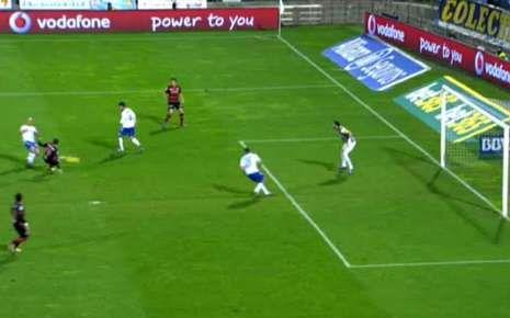 Aspas llega al balón y dispara casi tirado sobre el césped.