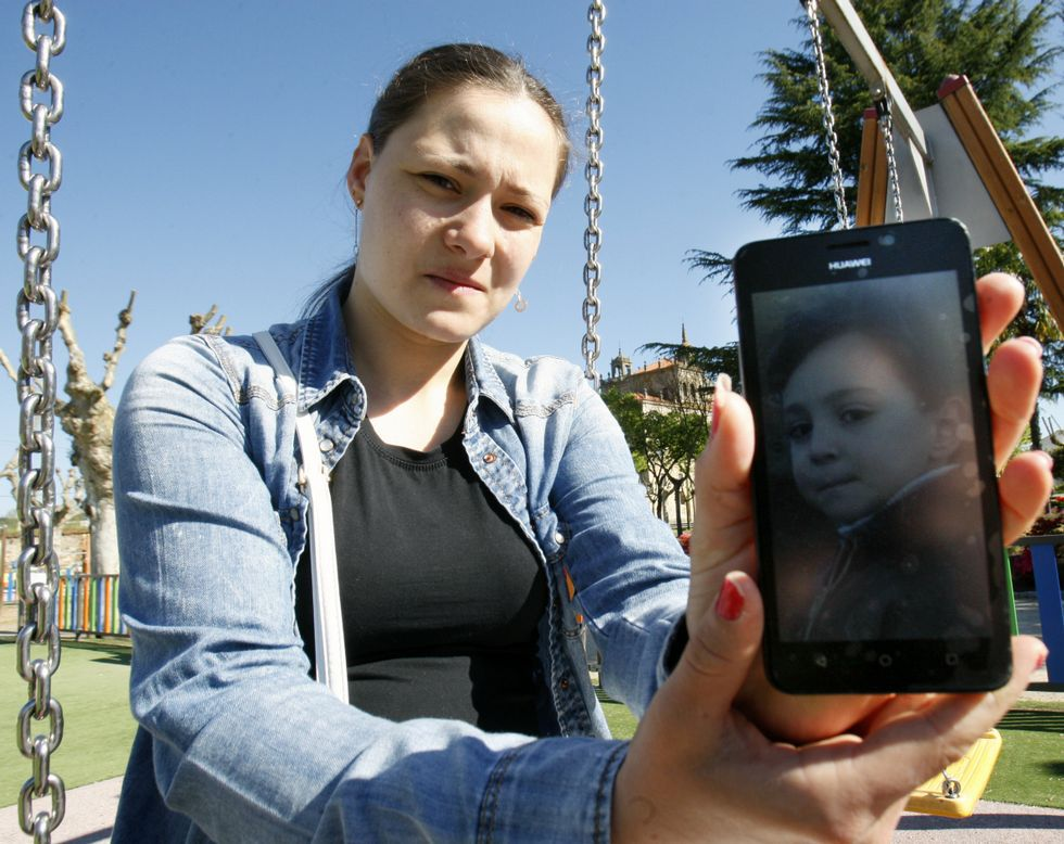 Angela Tyudoki muestra una foto de su hijo en la zona de juegos infantiles de la Compañía.