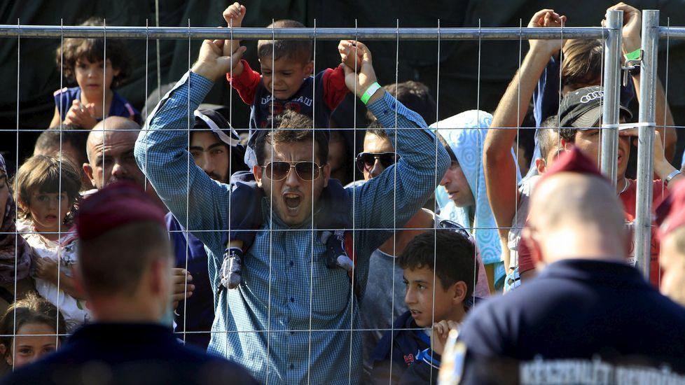Inmigrantes sirios gritan esloganes en un campo de refugiados en Roszke, en Hungría