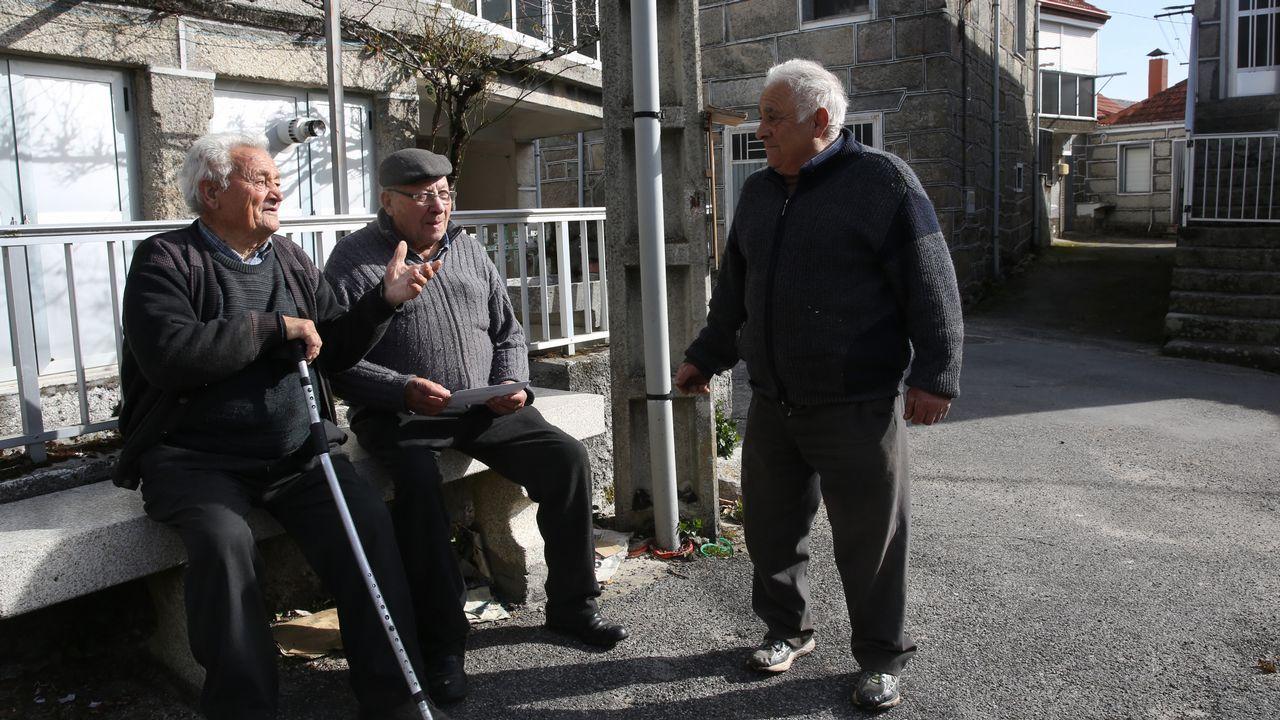 Aser Salgado, en el centro, recuerda con otros vecinos aquel día