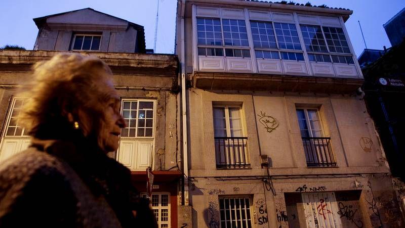 Una de las mujeres que conoció a Josefina, ante la casa de esta, en la calle Orzán