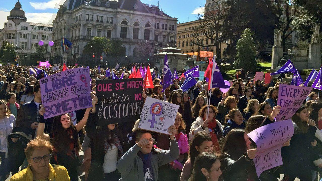 Un multitudinario piquete del 8M marcha hacia la calle Uría, de Oviedo, con la Junta General a su espalda