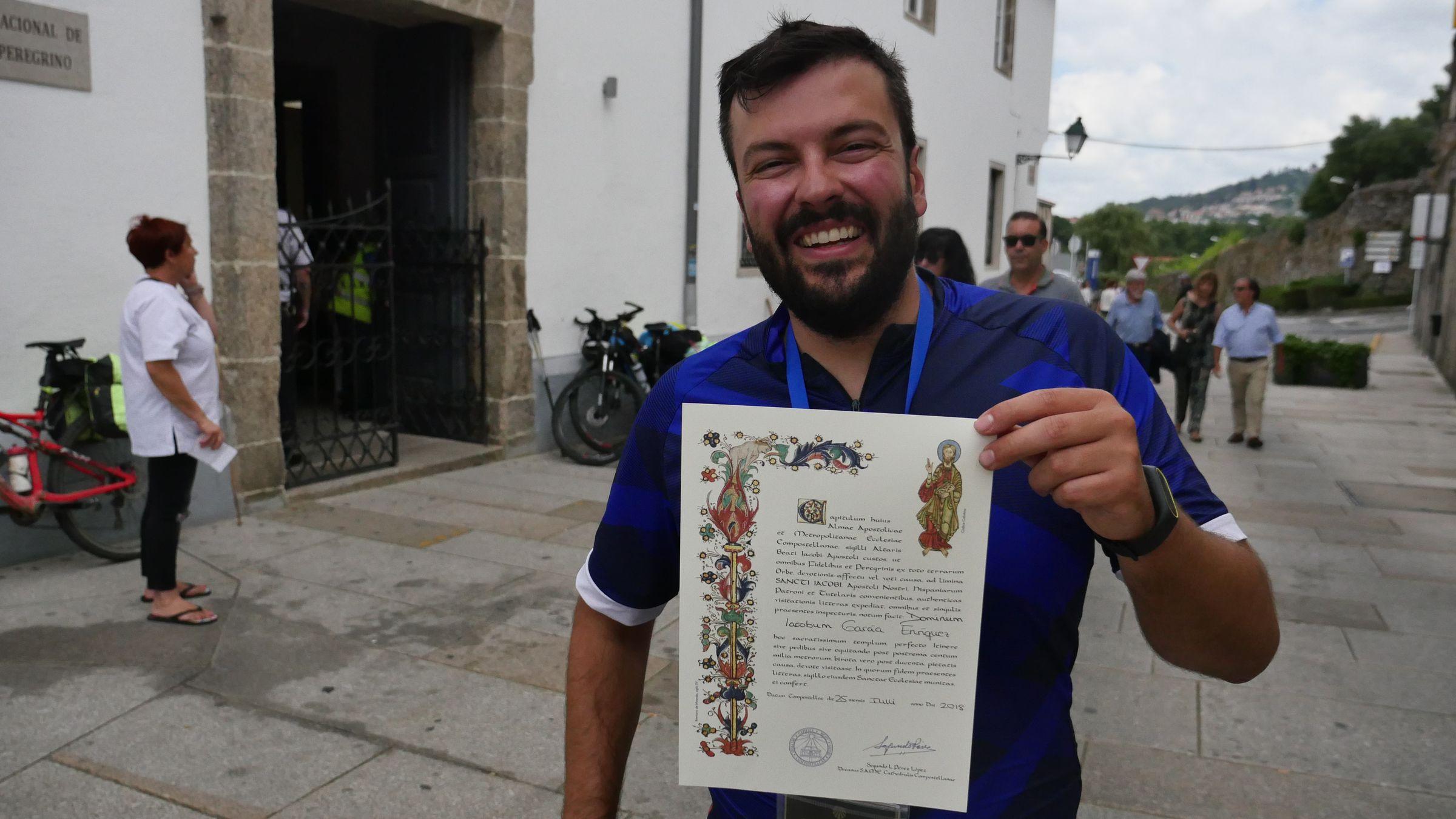 Iago García después de haber recogido la Compostela que acredita que ha completado el Camino
