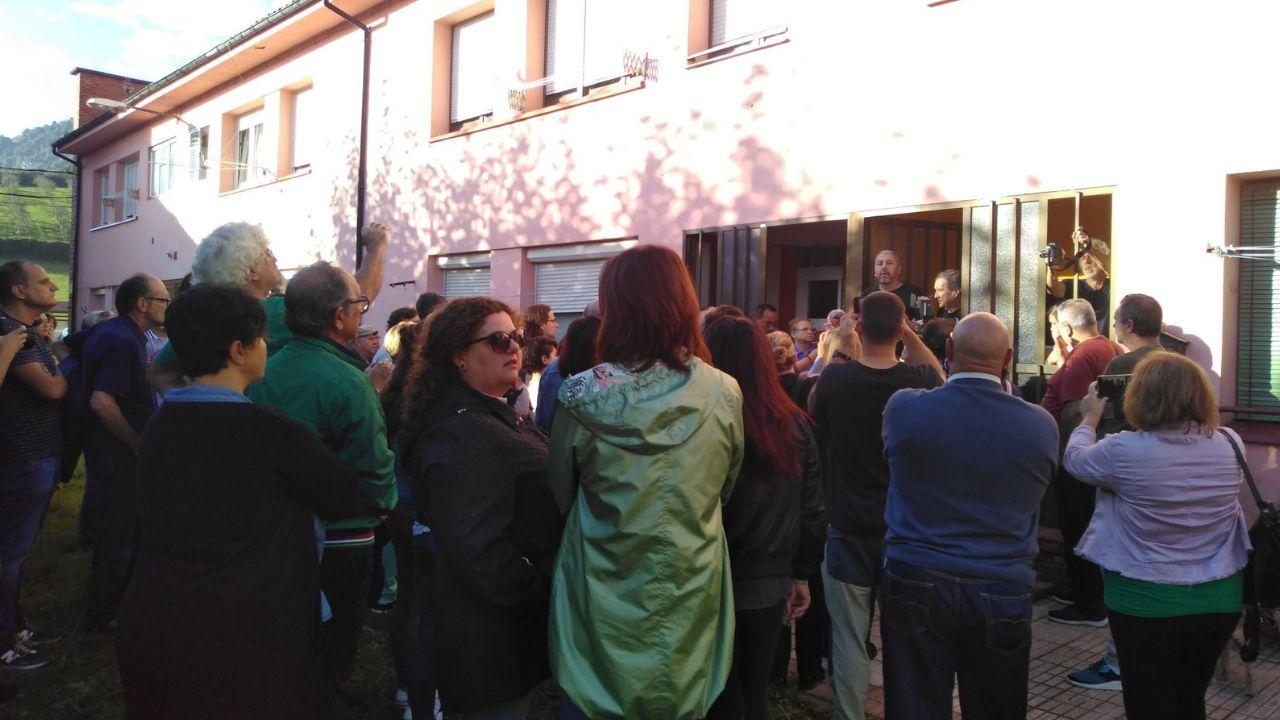 Movilización ciudadana en apoyo de Mari Carmen, vecina de La Camocha a la que la concursal quiso desahuciar hoy