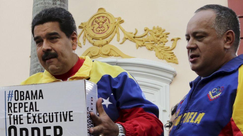 Un grupo de universitarios sabotea un acto de Felipe González.Diosdado Cabello, junto a Nicolás Maduro