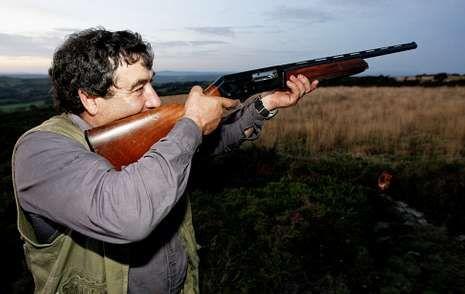 Un aficionado a la caza probando fortuna en el coto lucense O Picato.