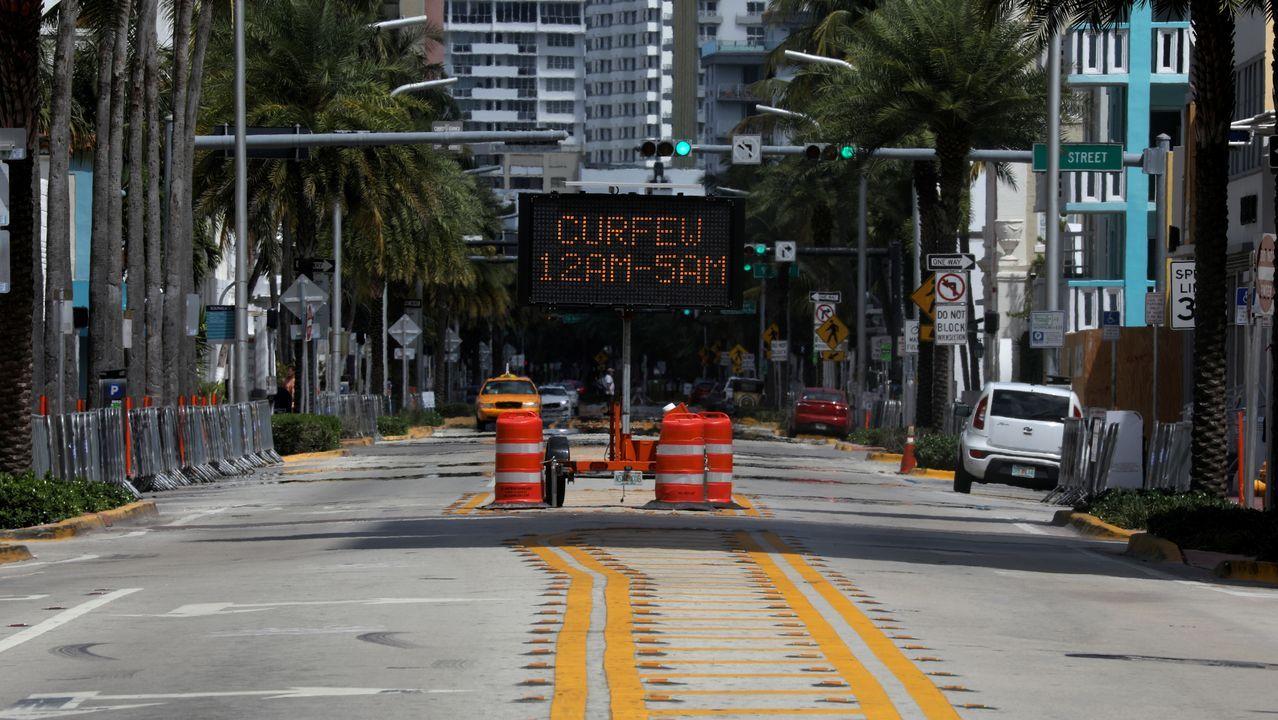 Toque de queda anunciado en un luminoso en Miami