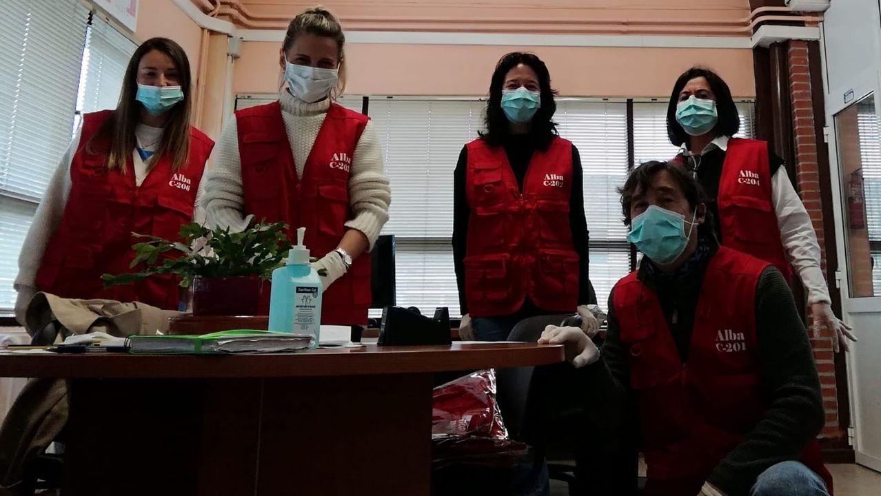 Trabajadores del servicio de urgencias del Hospital Montecelo, de Pontevedra, durante un minuto de silencio por las víctimas de la pandemia convocado por Semes el 24 de abril