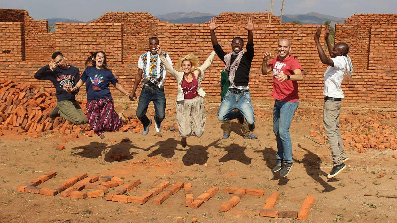 Asífue la primera escuela para los pigmeos.Voluntarios del proyecto «Nación Ubuntu» en Malawi