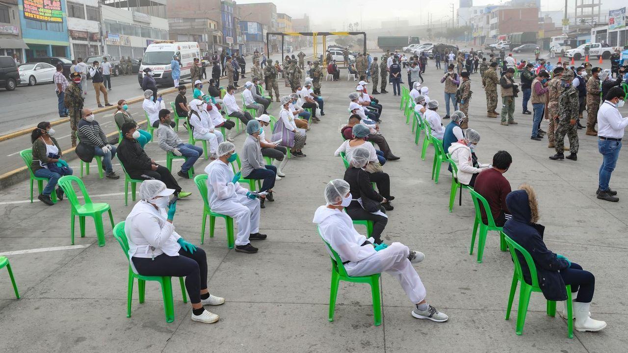 En Perú, decenas de personas aguardan para someterse a los test de coronavirus