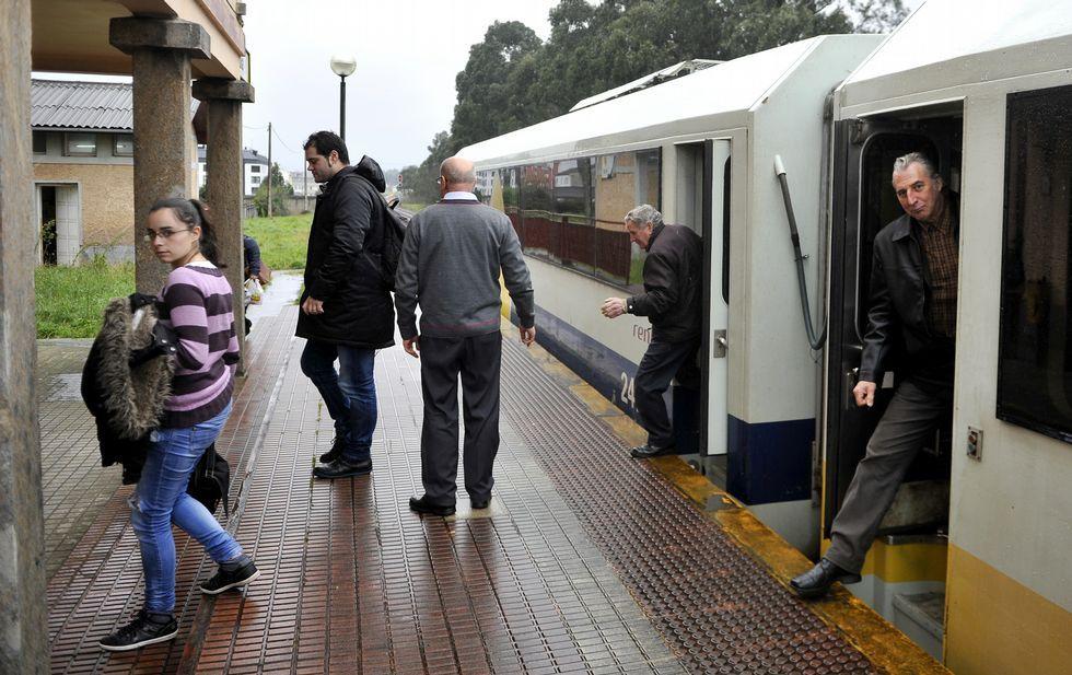 Los viajeros del tren de la una tuvieron que volver a hacer transbordo ayer en Xuvia.