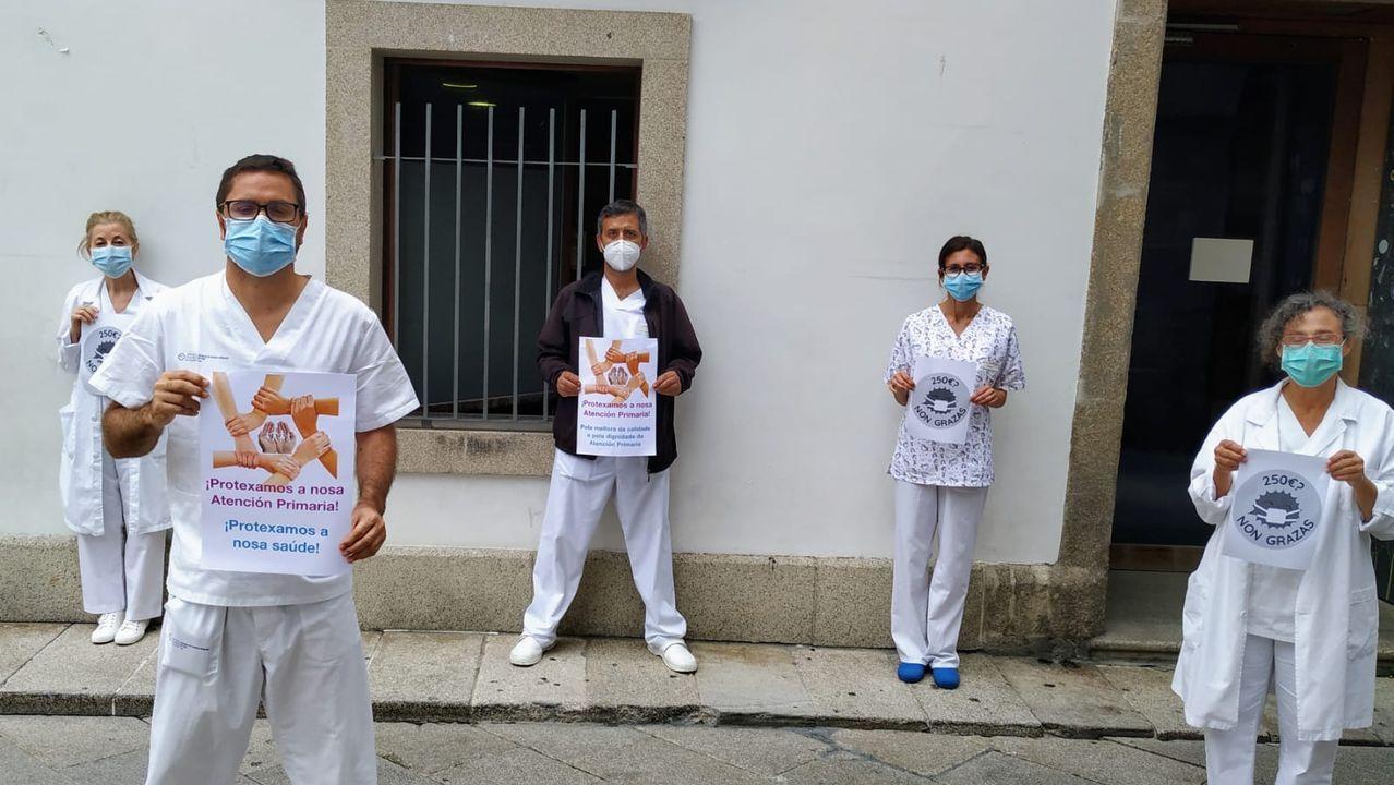 Protesta ante el centro de salud del Casco Vello