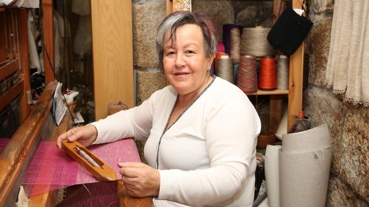 En el taller de un artesano.Carmen Riveiro enseña su oficio en el Castillo de Vimianzo