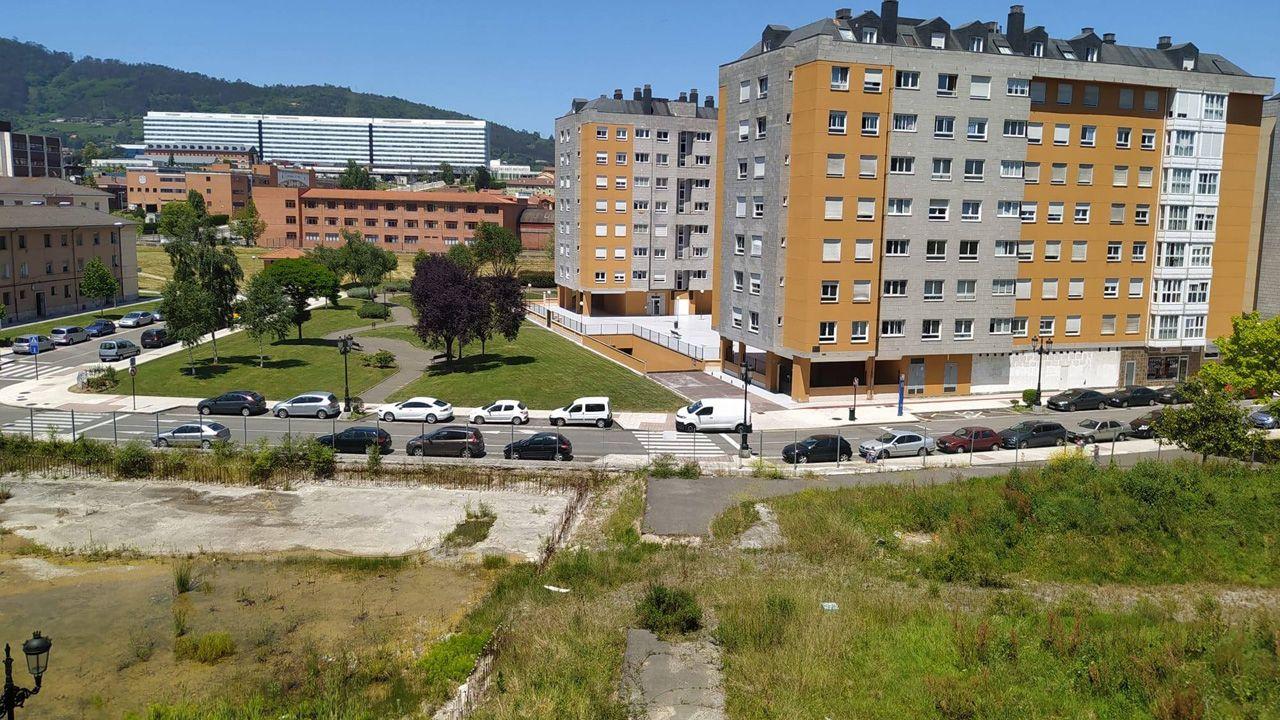 Parcela de Torrejardín, abandonada desde hace dos décadas, en el barrio de Ventanielles