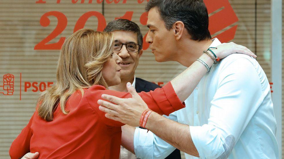 El debate del PSOE, en imágenes.Saludo aparentemente afectuoso entre los tres rivales en los prolegómenos
