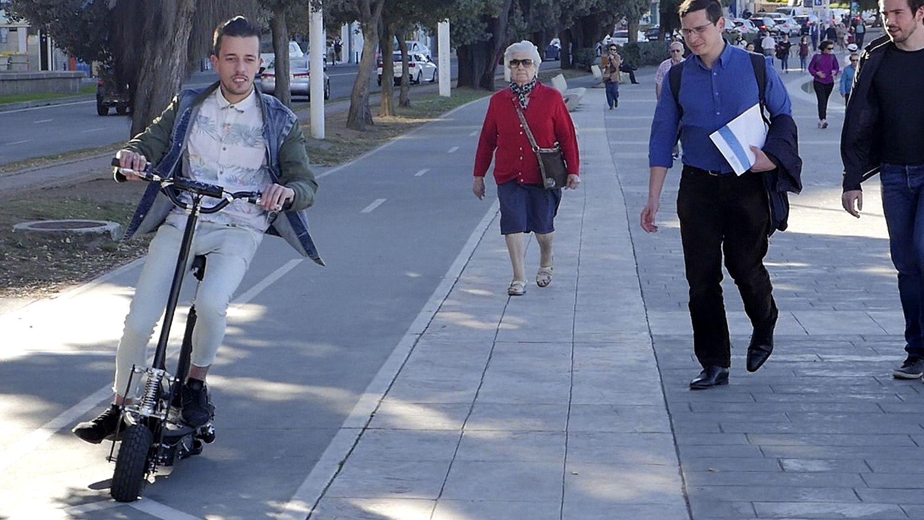 Furor por los patinetes eléctricos: ¿por dónde pueden circular?.Teresa Martínez Marini, de Isbilya, con Chisco Jiménez de Llano, de Culuca, uno de los cocineros que apoyaron el proyecto desde sus inicios