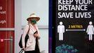 Una mujer llega al aeropuerto de Birmingham, en el Reino Unido