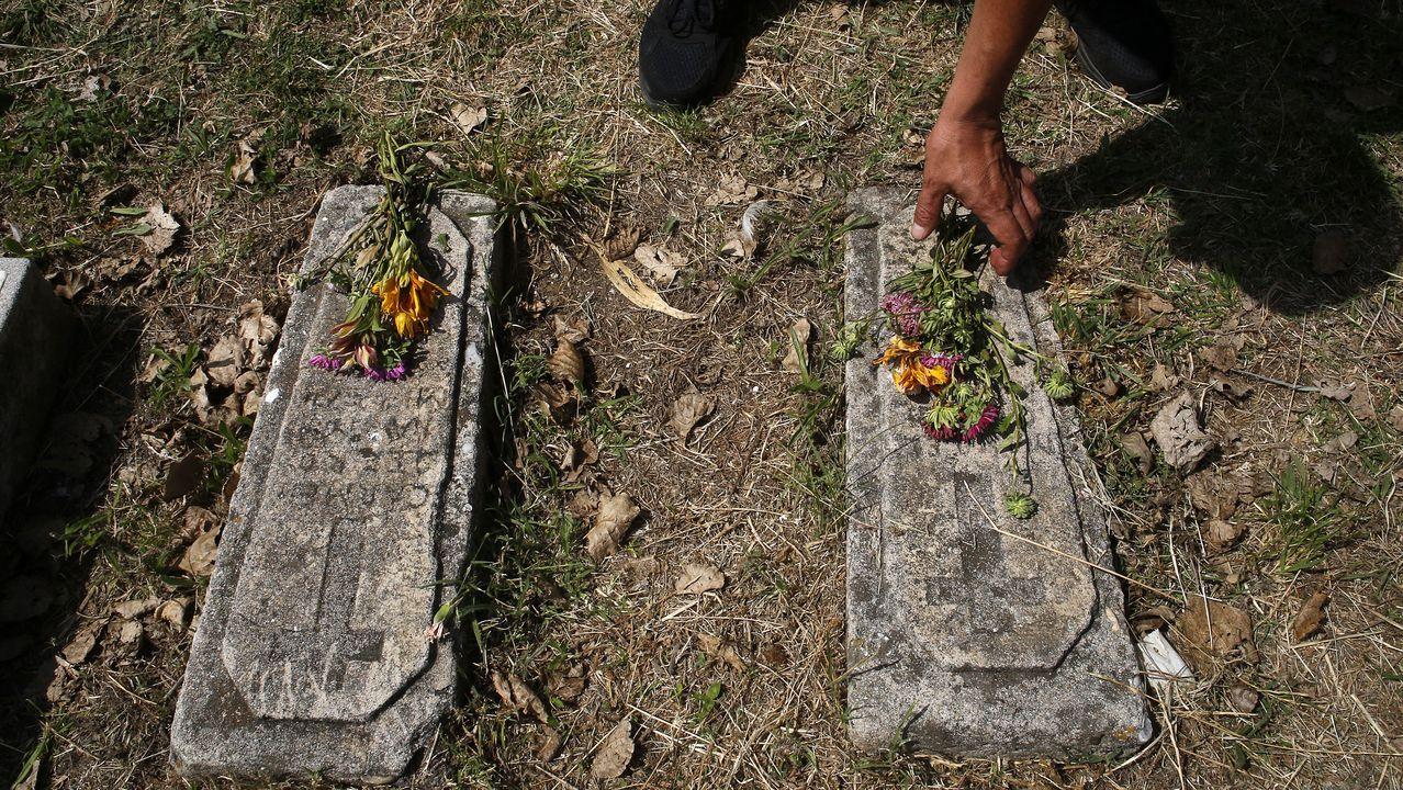 Las lápidas de dos recién nacidos, probablemente gemelos