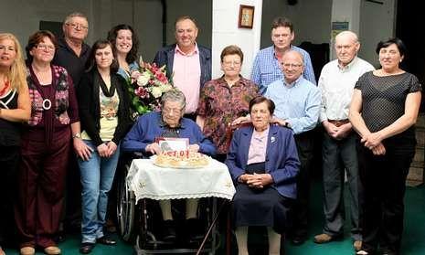 Josefa Velo Amor recibió la visita del alcalde de A Laracha y del párroco de Soandres.