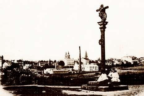 A la izquierda, el cruceiro de Ramírez en su emplazamiento original a principios del siglo XX. En la actualidad, en San Fiz