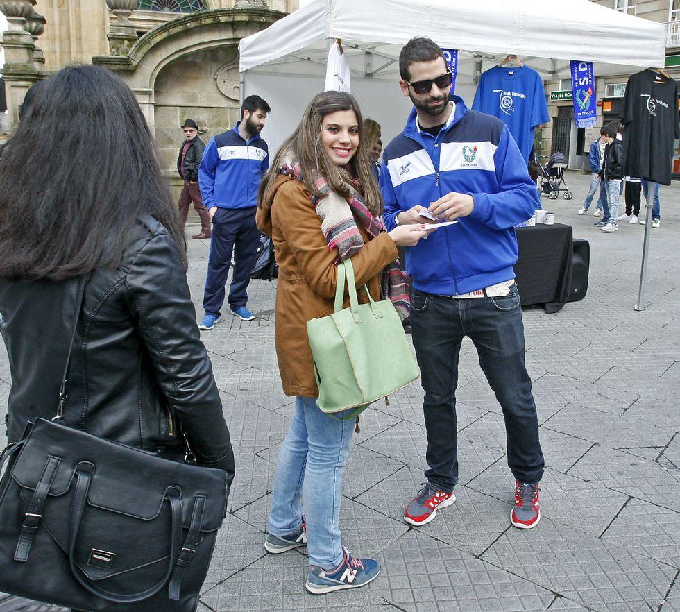 Edu Moledo repartiendo entradas entre los aficionados.