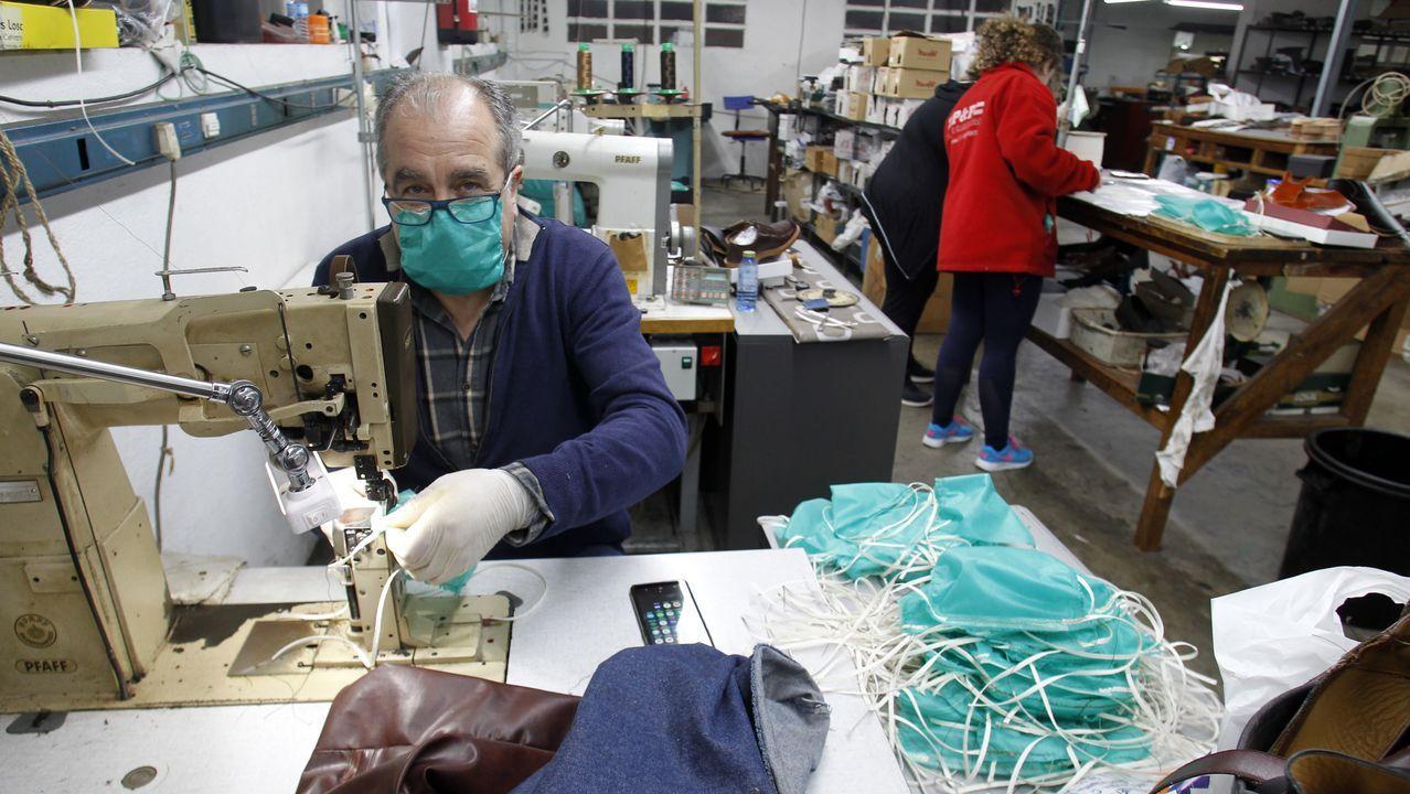 Calzados Losal, en Monforte, fabrica zapatos por la mañana y mascarillas por la tarde.Juan es el primer paciente con coronavirus que consigue abandonar la UCI