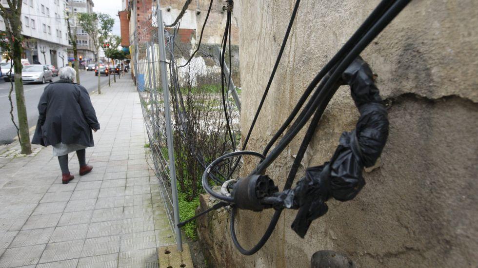 Cables accesibles en una calle de Monforte.