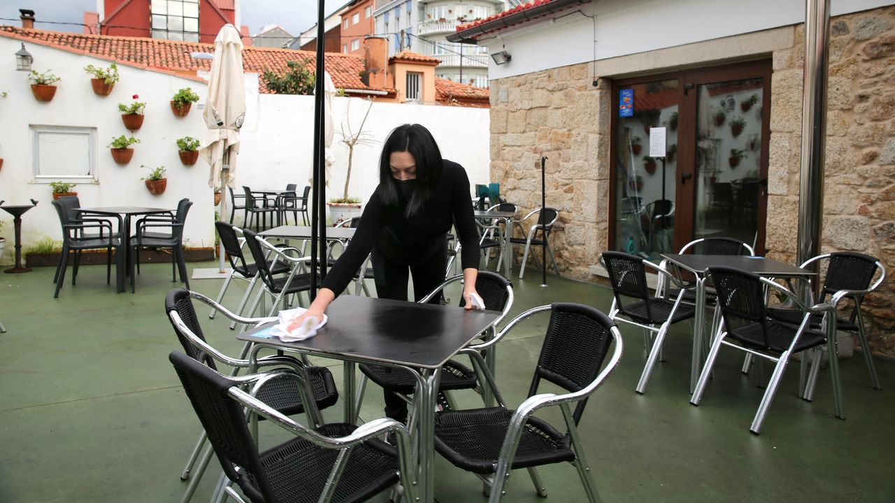 Reapertura de la hostelería en Barbanza.En el Gourmet de Alján se preparaban el jueves para la reapertura