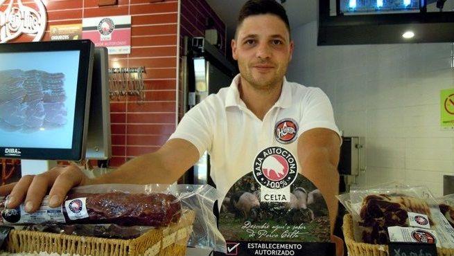 Adrián Sixto, cuarta generación al frente de la carnicería fundada por su bisabuelo en O Valadouro en 1939
