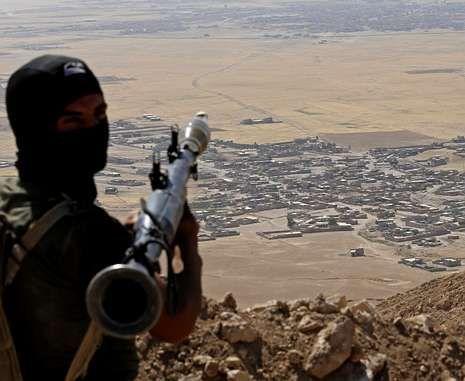 Un peshmerga con un lanzagranadas ante una aldea controlada por el EI cerca de Mosul.