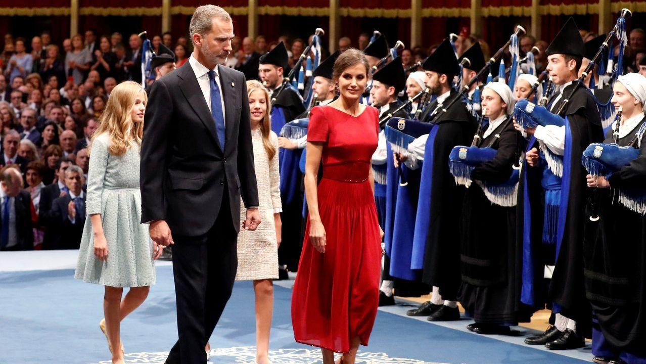 Los reyes Felipe y Letizia, junto a la princesa Leonor (2i) y la infanta Sofía (2d), a su llegada a la ceremonia de entrega de los Premios Princesa de Asturias 2019 que se celebra este viernes en el Teatro Campoamor de Oviedo