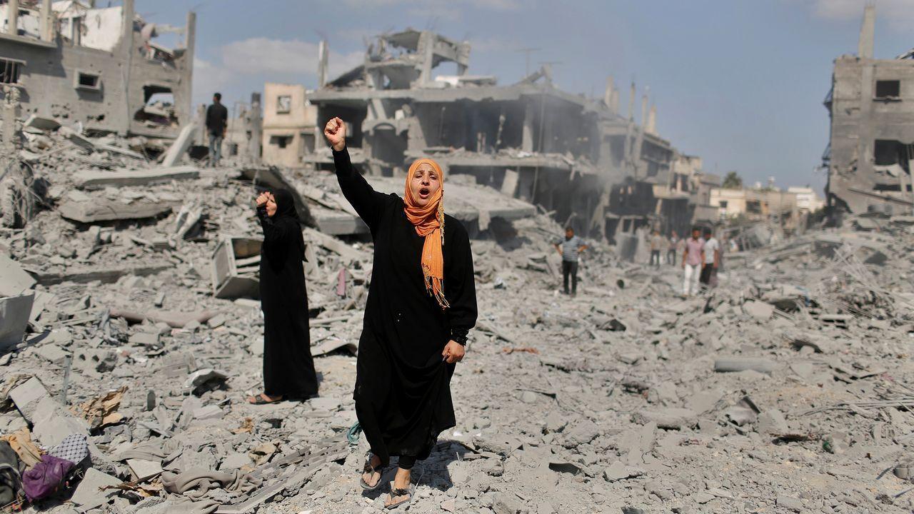 Una palestina protesta tras su casa destruida en Beit Hanoun por un bombardeo israelí en el 2014