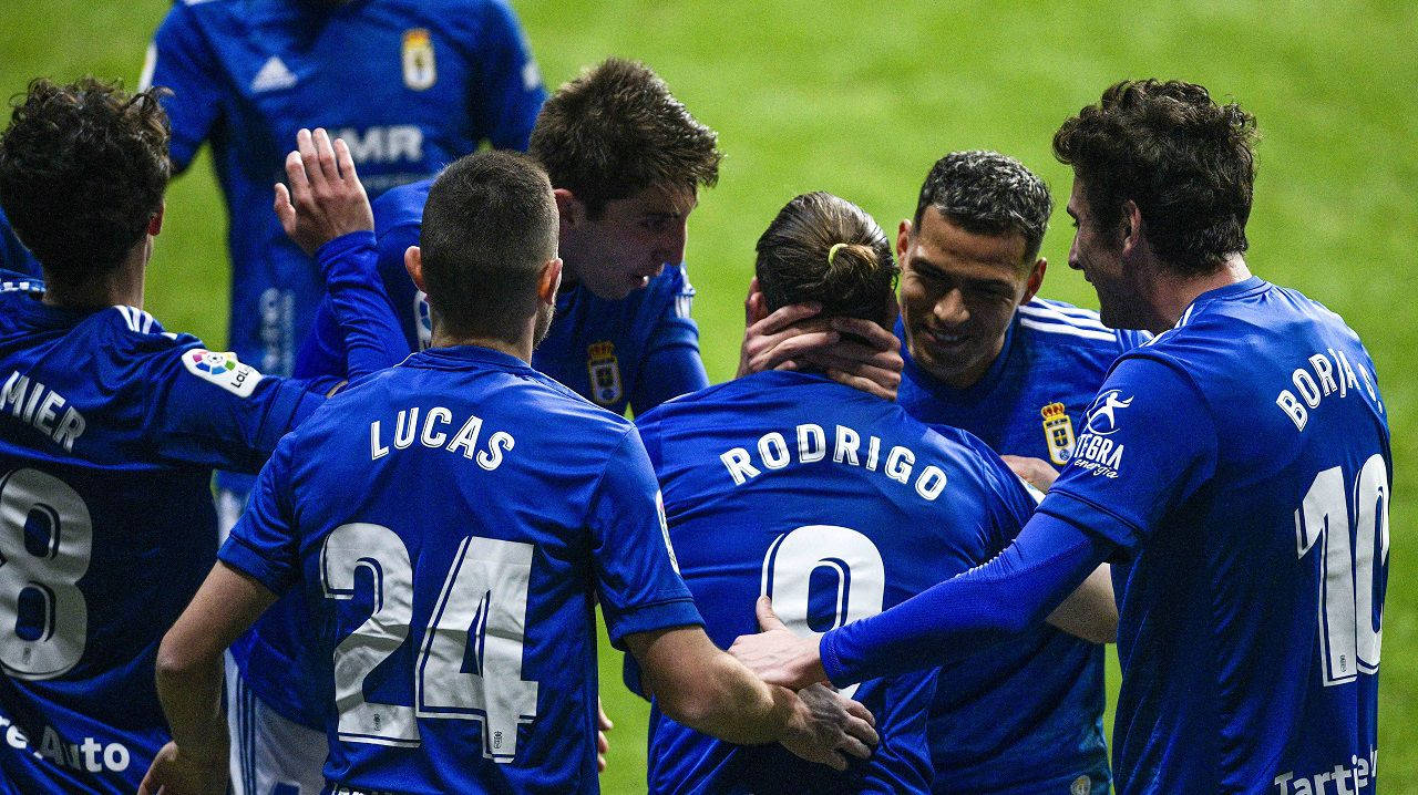 Los jugadores del Oviedo celebran el gol de Rodri al Zaragoza