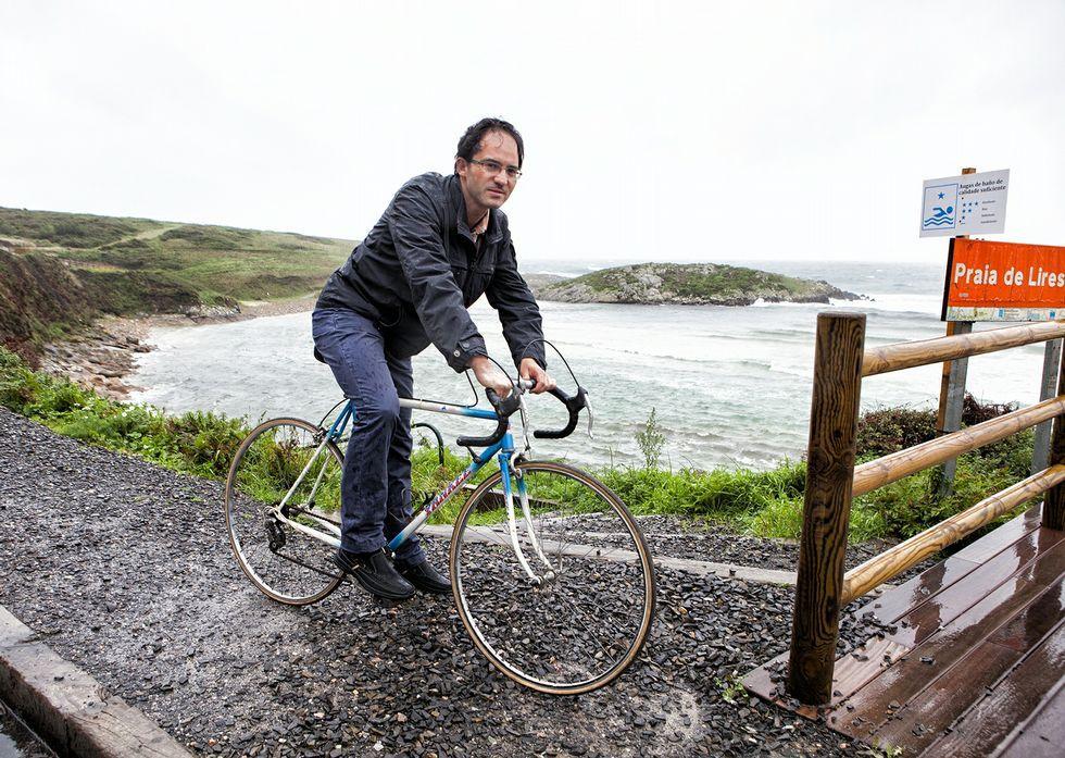 Fernando Fraga, na praia de Lires, coa bicicleta, noutro día de chuvia de outono de anos despois.
