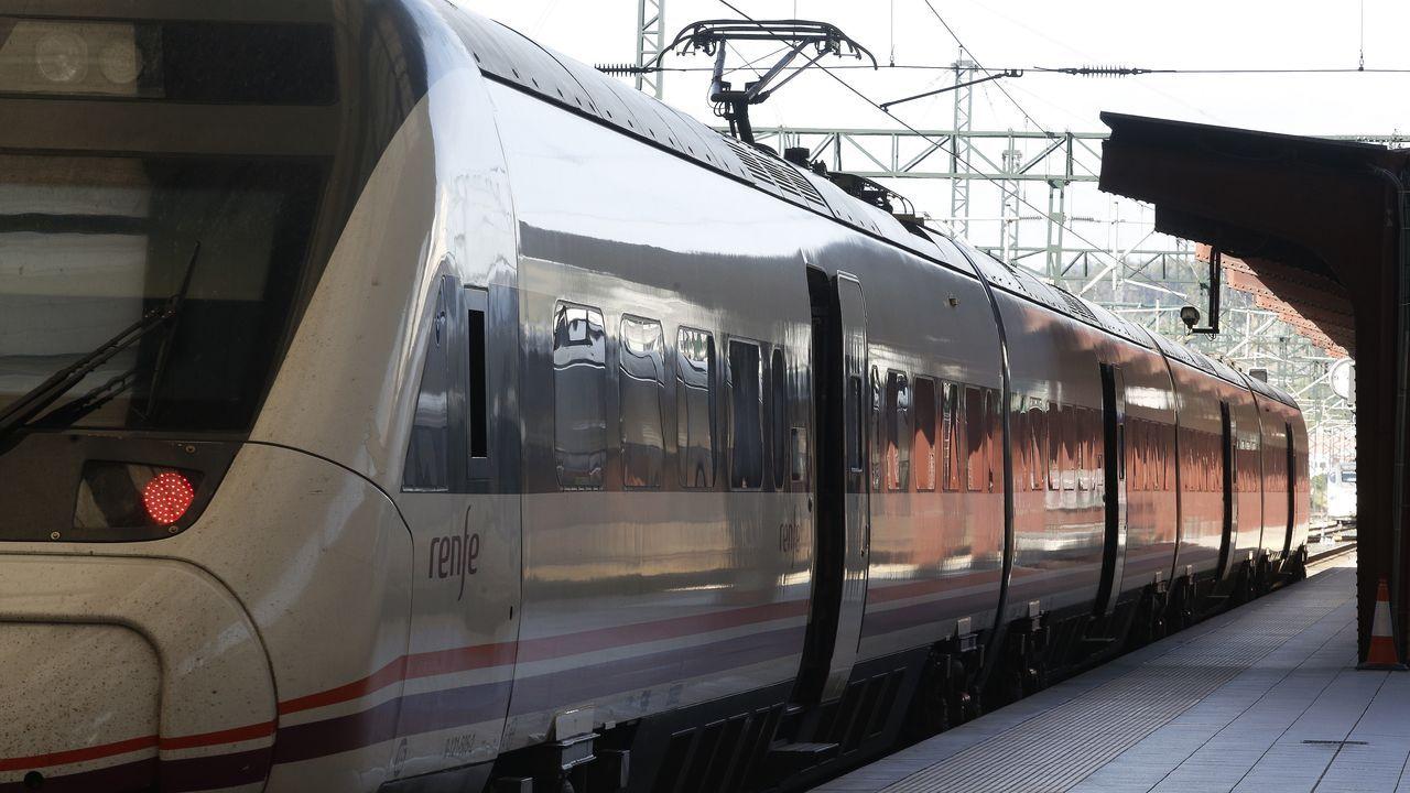 Un tren de media distancia en la estación de San Cristóbal, en A Coruña