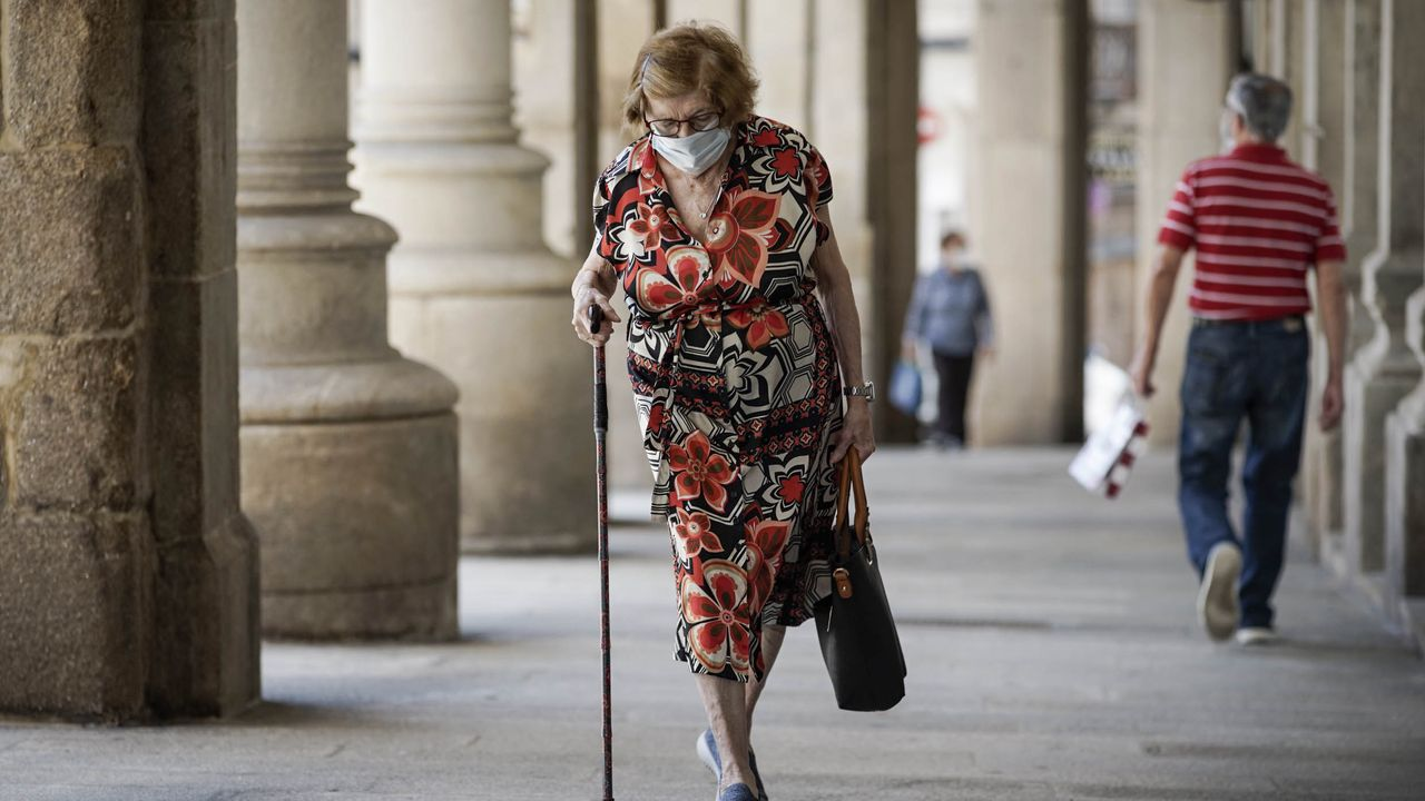 Una anciana, en el entorno de la Praza Maior
