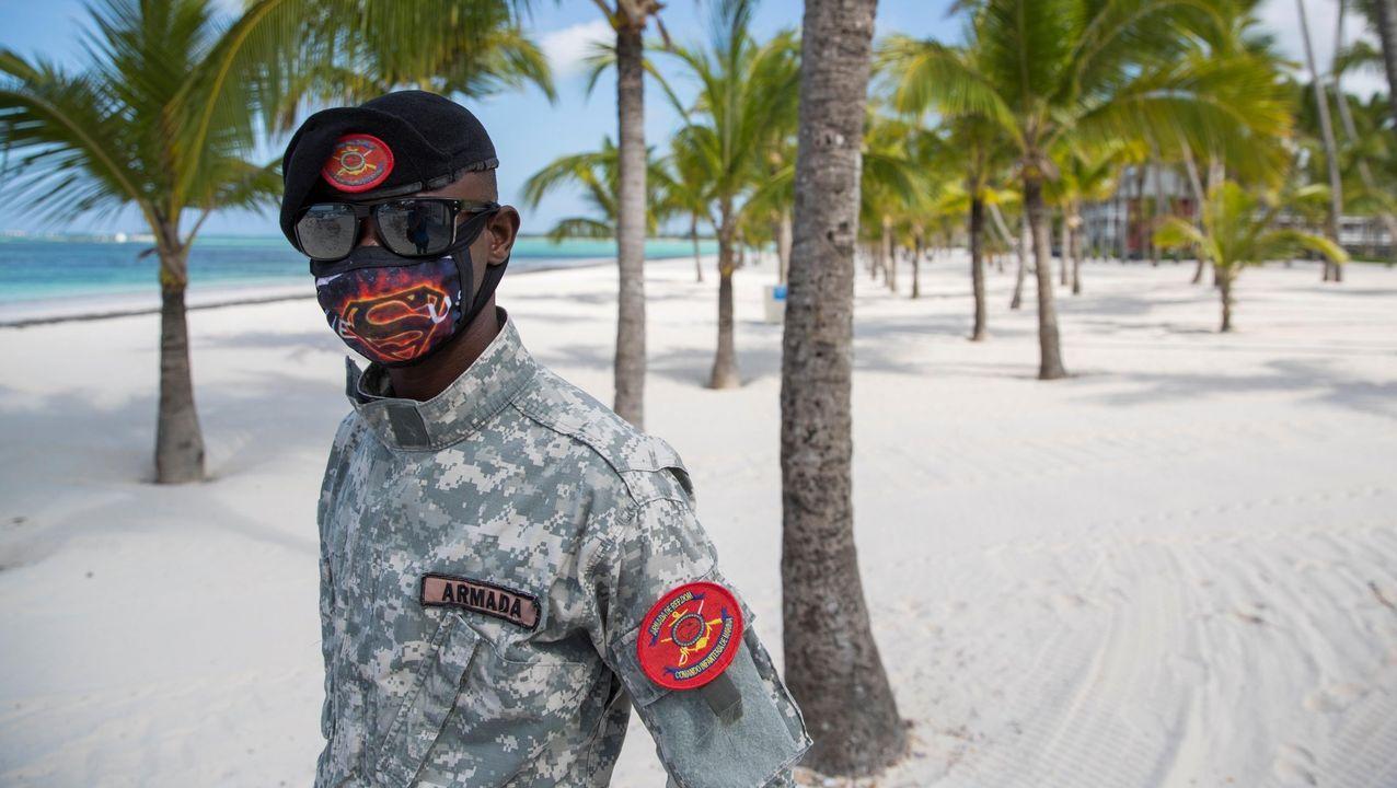 Un miembro de la Armada hacía guardia el jueves en playa Bávaro, uno de los lugares más turísticos del país, completamente vacío, en Punta Cana (República Dominicana)