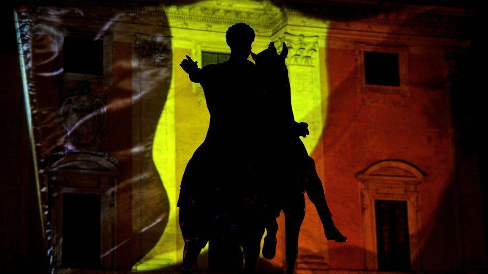 La estatua del emperador Marco Aurelio en Roma, y de fondo la bandera belga.