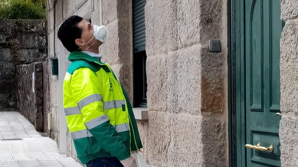Beatriz Estévez, gerente de Áurea Telecom, con las fundas que se repartirán en hospitales de Pontevedra